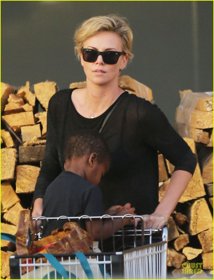 Charlize Theron and her boyfriend Sean Penn take her son Jackson grocery shopping on January 22, 2014