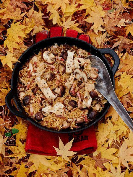 BBQ(バーベキュー)ごはんが最もおいしく、盛り上がる季節、それは秋から冬! あかあかと燃える火、あつあつに出来上がったばかりの料理を前に仲間たちと乾杯する楽しさといったらもう、何ものにも代えがたい喜びだ。ぶきっちょさんや不慣れ女子でも、最高のシーンをめいっぱい楽しむために、アイデアとワザが詰まった珠玉のBBQレシピを伝授!