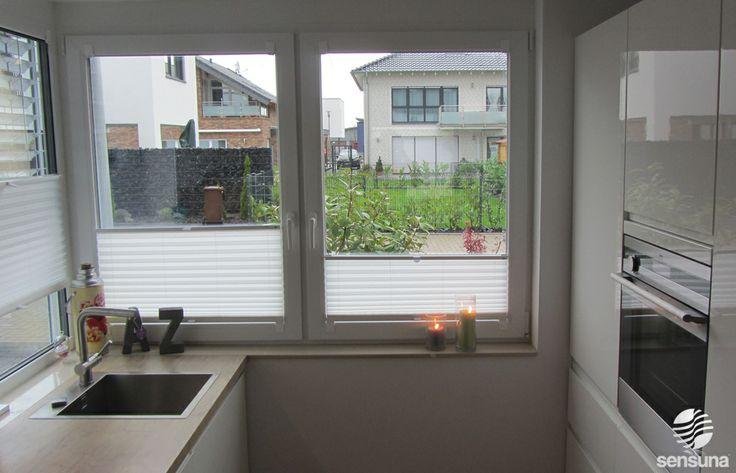 weiße sensuna Plissee Faltstores an Küchenfenstern