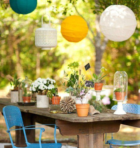 Τα φαναράκια προσφέρουν φως αλλά και στιλ στο μπαλκόνι ή τον κήπο