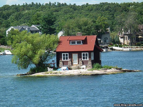 Une maison et un arbre dans les Milles-Îles à #Gananoque près de #Kingston ( #Ontario, #Canada) #1000islands #cruise #thousandislands