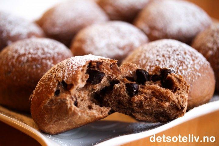 Bland kakao og sjokoladebiter i deigen til Verdens beste boller og få VERDENS BESTE SJOKOLADEBOLLER!