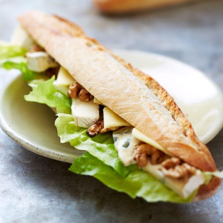 Découvrez la recette Sandwich de baguette aux trois fromages et aux noix sur cuisineactuelle.fr.