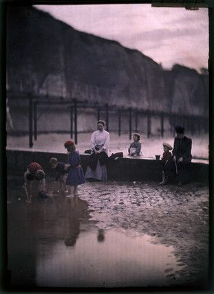 Autochrome: John Cimon Warburg. Children by the breakwater, c.1908. Angleterre ?