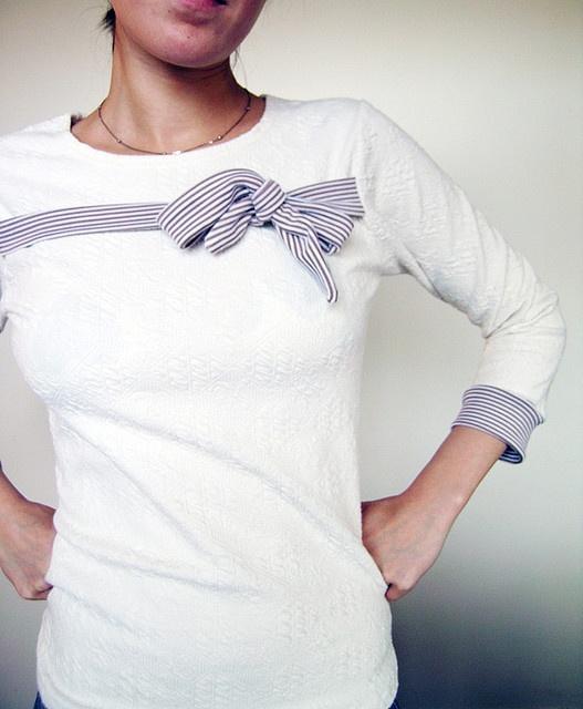 No estas colores / tejidos, pero la idea del lazo en el pecho ~ upcycling. Top negro mate con negro satinado arco ...?
