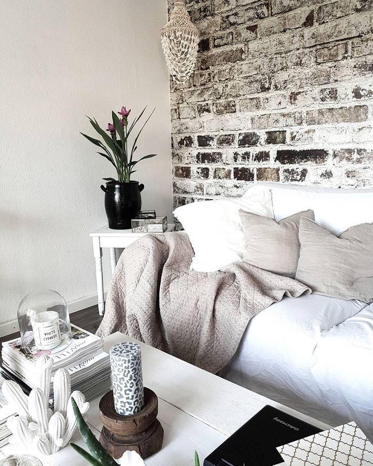 All white! Helle Dekoration, kuschelige Kissen und ein einzigartiger Holztisch. Ein perfekter Kontrast zu der wunderschönen Backsteinwand. In diesem Wohnzimmer passt einfach jedes Detail! // Holz Weiss Dekoration Wohnzimmer Farben Ideen Kaktus #WohnzimmerIdeen @living_bykathaandfamily