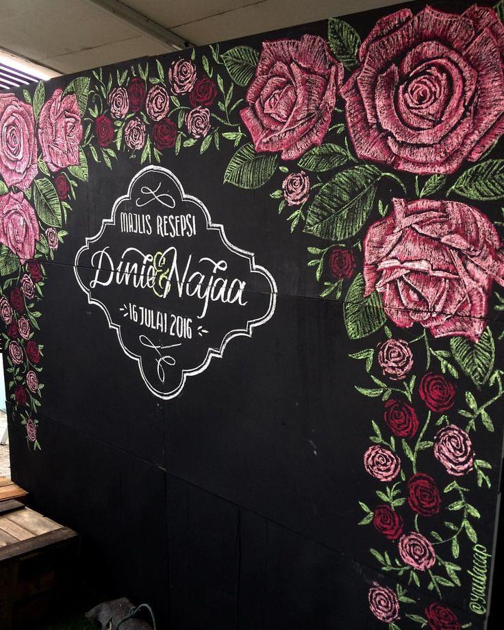 Red roses design on chalkboard   #yaulacap #chalkboard #chalk #kerjakayu #chalkart #artwork #drawing #kerjakahwin #weddingboard #photobooth #backdrop #yaulacapchalk