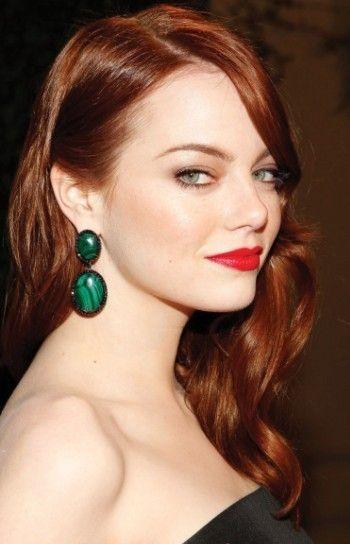 I capelli rosso mogano stanno bene a tutte, anche alle donne dalle sopracciglia scure.