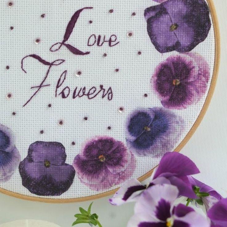 Borduren Love Flowers (Diy Interieur ideeen) Ik ontworp een leuke Diy, met mijn favoriete technieken. Servetten techniek en borduren. Is zo gaaf om te doen en het resultaat is echt geweldig. Begin met de keuze van een mooi servet. Die bepaalt de uitstraling en kleur van je werkstuk. Ik heb als thema Love flowers.