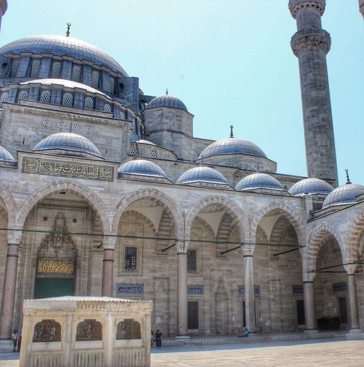 Muhteşem Süleymaniye...  İstanbul'un görülmesi gereken yerlerinden biri... O ne ihtişam o ne heybetlilik... Adeta Yıllara meydan okuyor...
