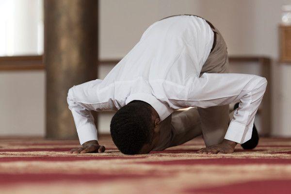 """Het kabinet overweegt de invoering van de vrijdagsrust voor moslims. Wanneer moslims op vrijdag niet meer naar hun werk hoeven, kunnen zij in alle rust naar de moskee om te bidden. Minister-president Mark Rutte: """"Nederland telt bijna éénmiljoen moslims en voor hen is de vrijdag een belangrijke dag: zij gaan dan massaal naar de moskee voor het vrijdagmiddaggebed. Moslims moeten [...]"""