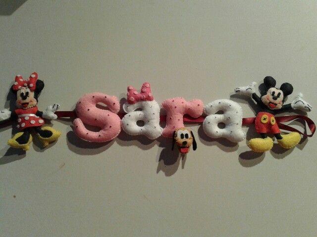 Nombre en fieltro con motivos de Mickey y Minnie