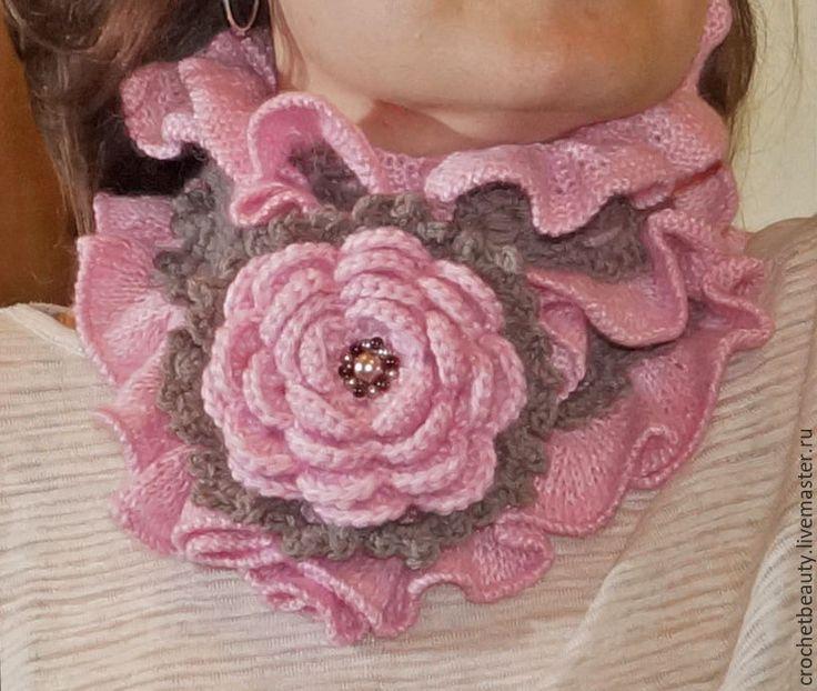 """Невероятно красивый шарф """"Элфи"""" в совмещенной технике вязания. Коричневая середина связана крючком из мериносовой шерсти. Вокруг нежные розовые воланы из тонкого мохера связаны спицами. Шарф дополнен брошью цветком, который может использоваться как совместно с шарфом, так и отдельно в дополнение к джемперу, жакету, пальто. #шарф #красивыйшарф #шарфбохо #бохостиль #вязаныйшарф #розовый #коричневый #аксессуарыбохо #вязаныйбохо"""