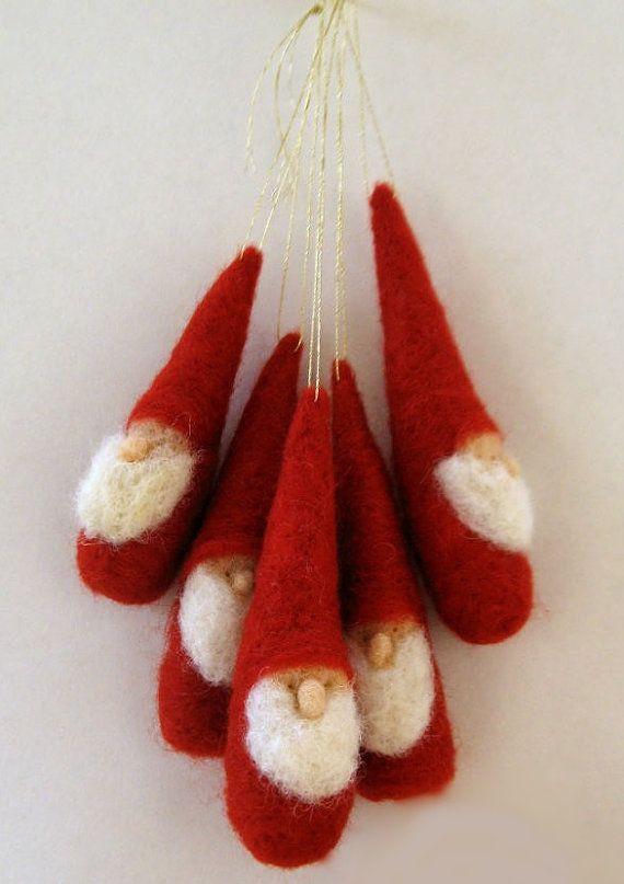 Original und einzigartig Nadel Gefilzte Gnomen. Jeder Gnome ist handgefertigt aus 100 % Schurwolle, und Nadel Filz fest. Fügen Sie etwas ganz besonderes für Ihre Weihnachts-Dekorationen: Diese Zwerge sind einfach perfekt für die Dekoration eines Baums! Oder sie können ruhig in Someones Weihnachtsstrumpf :) warten Sie sind genau die richtige Größe für kleine Hände: ca. 3-4 hoch von der Basis bis zur Spitze des Hutes und über 0,75 Fuß-Durchmesser. Nicht für Kleinkinder geeignet. Das Angebot…