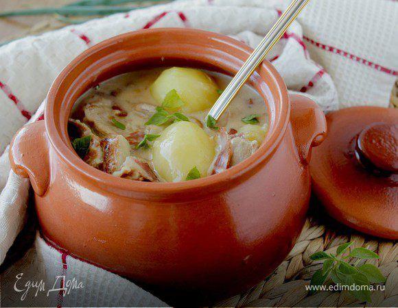 Мясное жаркое в соусе из сливок и белого вина. Ингредиенты: картофель вареный, сливочное масло, грудинка варено-копченая