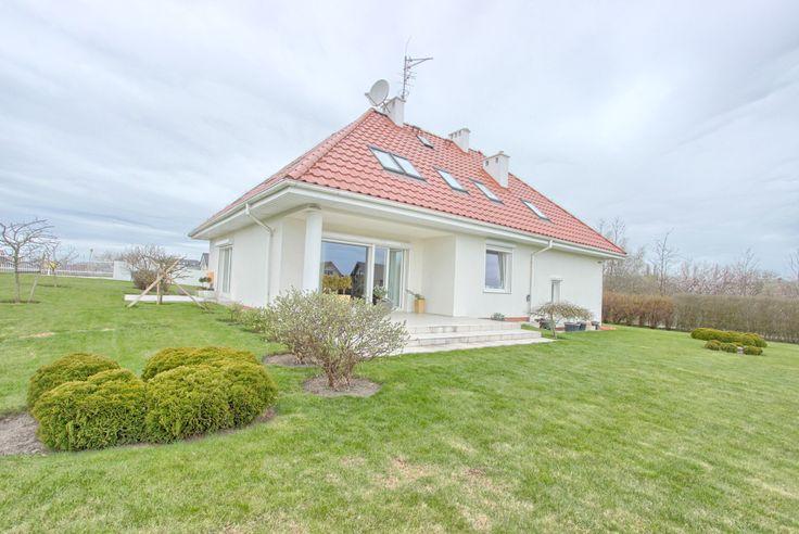Piękny, nowoczesny dom położony na malowniczej działce ze stawem i pomostem! Już teraz dostępny w ofercie In.House
