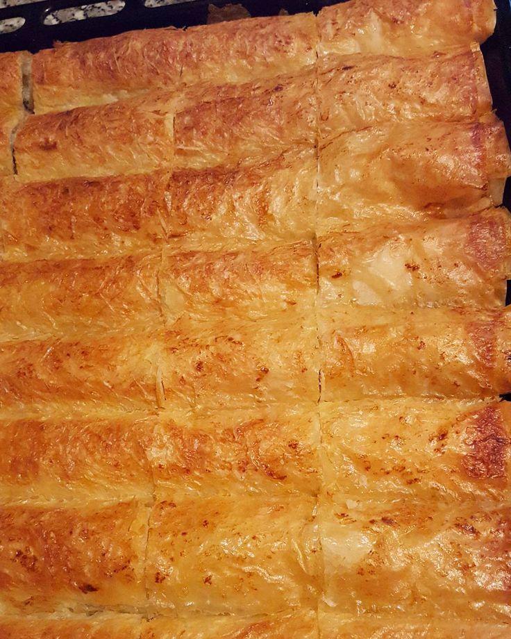 En güzel mutfak paylaşımları için kanalımıza abone olunuz. http://www.kadinika.com Hayırlı geceler arkadaşlar yorucu bir gun ardından misafirlerim gitti ve böreğimin pişmiş halini göstereyim dedim tarifi hemen yazıyorum.@sutlumutfak arkadaşımada tesekkür ediyorum tarif için çok beyenildi. 1 paket baklavalik yufka4 tane patatesben birazda peynir karıştırdım maydanoz ve biraz taze nanesıvı yağ tuz. Sıvı harcı=1 cay bardağı süt1çay bardağı sıvı yağ1 çay bardağı maden suyu.en üstünede 2 yemek…