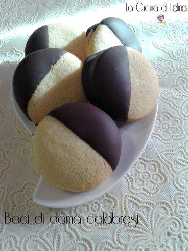 Baci di dama ricetta calabrese biscotti, accoppiati tra loro e con una farcia golosa, che può essere nutella, marmellata, glassa bianca o altro a piacere.
