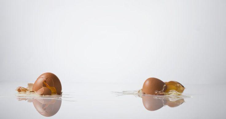 Cómo hacer una caja de cartón para tirar un huevo y que no se rompa. Las competencias de tirada de huevos prueban los conocimientos de los estudiantes o científicos de la física y la ingeniería. En un concurso de huevos, los participantes deben tirar un huevo crudo desde varias alturas, y el diseño que protege mejor al huevo durante la caída será el exitoso. Estos concursos tienen aplicaciones del mundo real sobre ...