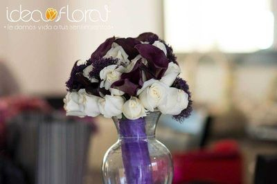 Ramo de novia con rosa blancas y calas moradas