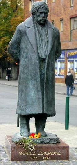 Móricz Zsigmond író szobra A  2004. szeptember 19-én felavatott szobrot Varga Imre készítette.