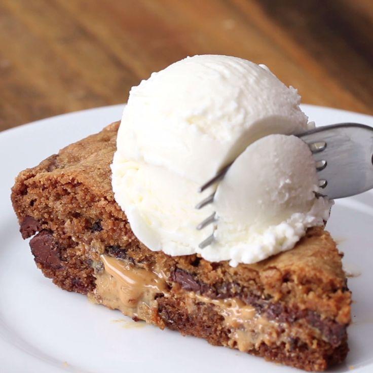 Peanut Butter-Stuffed Skillet Cookie Sustituir la crema de cacahuete por salsa de caramelo