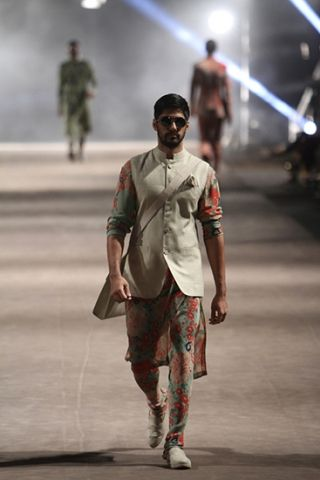Sabyasachi Mukherjee. S/R 15'. Indian Couture.
