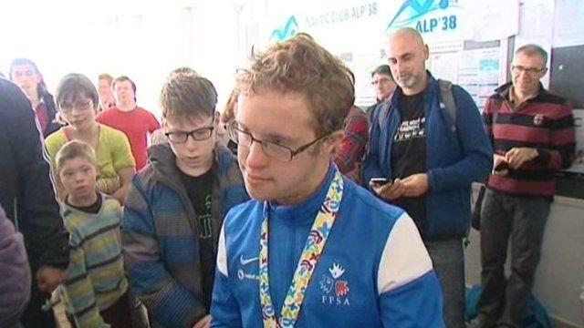 Rencontre avec un sportif hors du commun. Il s'appelle Clément Colomby, il a 23 ans, il est trisomique. Clément revient des Championnats du Monde DSISO, à Mexico, avec une médaille d'or! Grâce à lui, et à d'autres, l'équipe de France de natation Trisomie 21 revient le sourire aux lèvres.