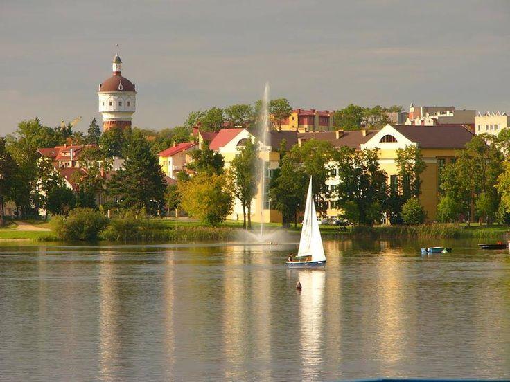 Nad Jeziorem Ełckim. Panorama z żaglówką i wieżą ciśnień  Autor Christian Duscha