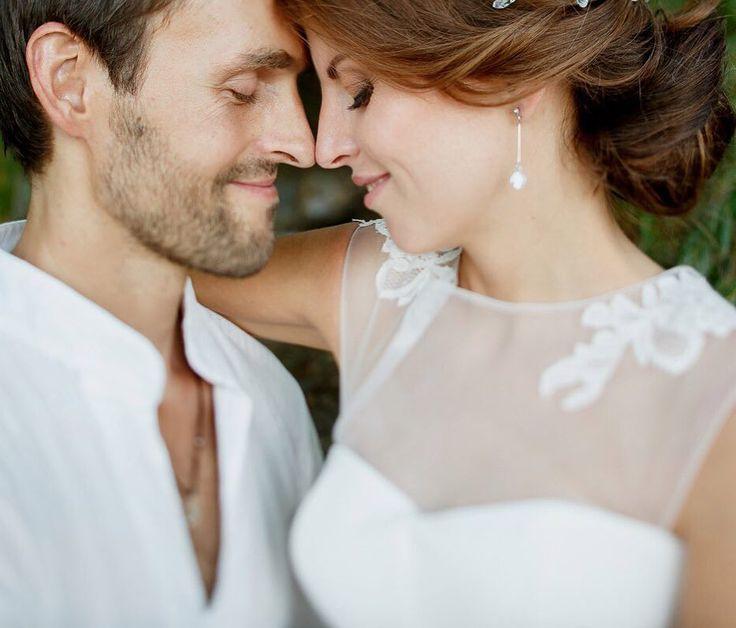 На волне любовного настроения самое время рассказать о свадьбе двух прекрасных влюблённых. Итак это был август прекрасная погода. Пара живёт на Бали но они прилетели в Запорожье чтобы организовать свой праздник на родине невесты. Фёдор и Надежда прекрасная история настоящей любви Фотограф @zharikovphoto  Макияж невесты и подружек @ann_boguslavska  Прическа @weddinghairstyleszp