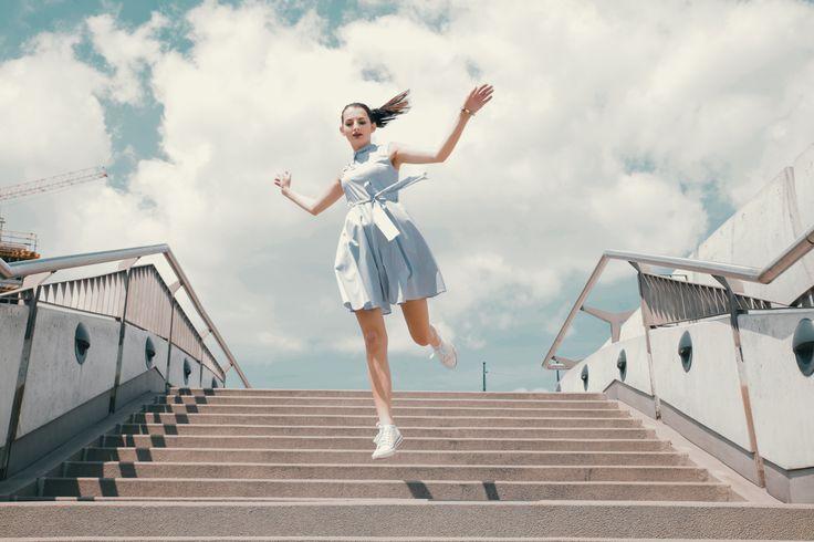 Jak wspominałam w ostatnim poście kocham sukienki. Dziś wersja miejska, wyluzowana z trampkami. Dla niektórych może to być kontrowersyjne połączenie i ja też d