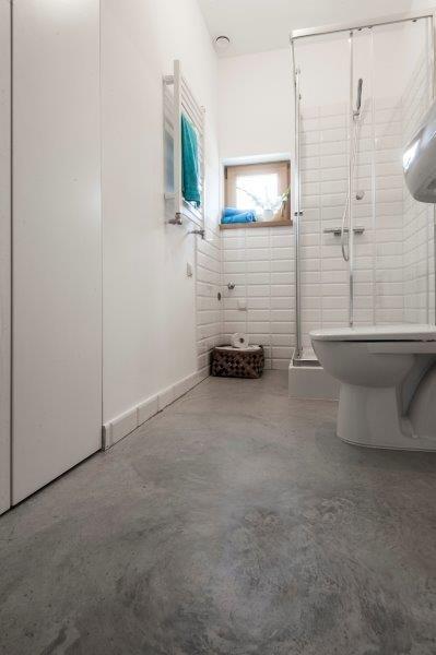 Łazienka w części mieszkalnej Simple House. Fot. Bautech Futura