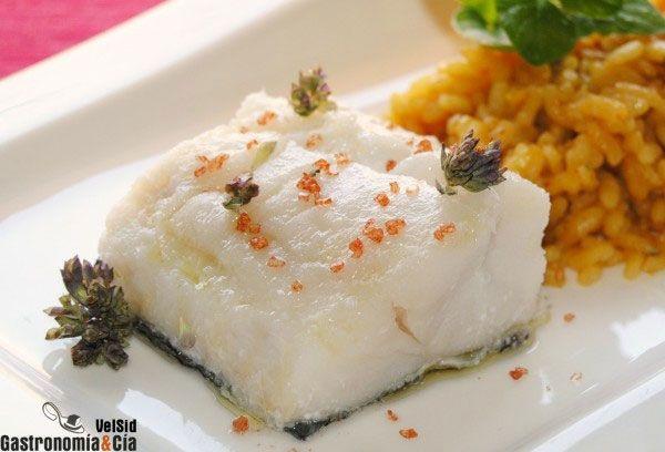 Bacalao escalfado al orégano con arroz a banda
