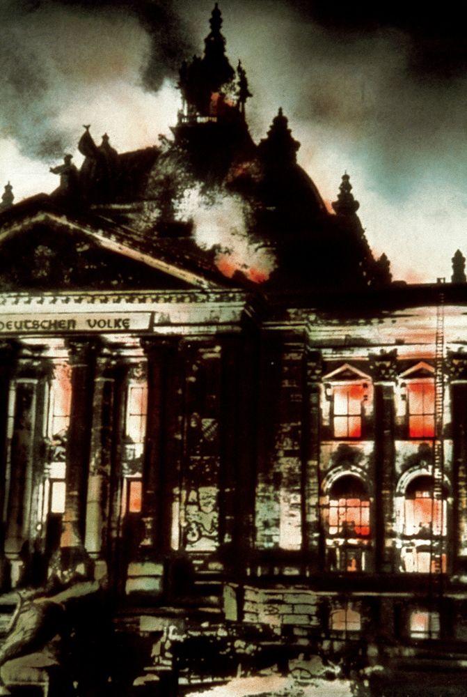 Incendie du Reichstag de Berlin pendant la nuit du 27 au 28 Février 1933 provoquée par Marinus van der Lubbe (1909-1934).