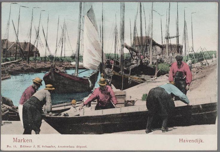 Havendijk. De haven van Marken met op de voorgrond mannen die aan een veldschuit (adder) werken. In de haven de trambotter en een aantal botters beladen met hooi. Op de wal wordt het hooi gewogen. 1900-1910 #NoordHolland #Marken