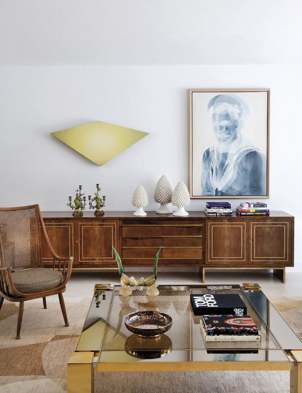 Un aparador retro de madera, de Emilio Rey, una butaca nórdica con respaldo de rejilla años 50 y una mesa de centro en latón cromado, de la década de los 60, dan un marcado carácter al salón. El candelabro de porcelana es de los años 30. En la pared, una obra de Mikeldi Pérez Urkijo, y un cuadro de la artista Sanell Aggenbach.