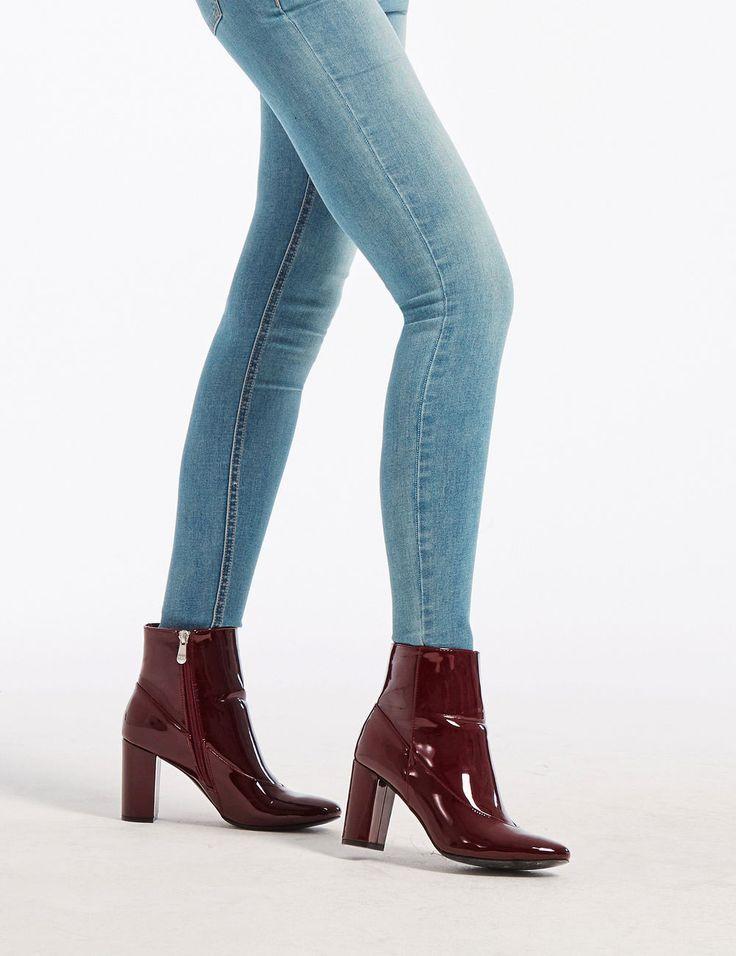 Indispensables de nos placards, on craque vite pour les chaussures femme  Jennyfer pour un look mode  Boots ✓Derbies ✓ Baskets ✓ Bottes ✓ Sandales ✓