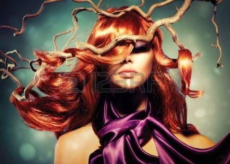 acconciature: Modella Donna ritratto con lunghi ricci capelli rossi
