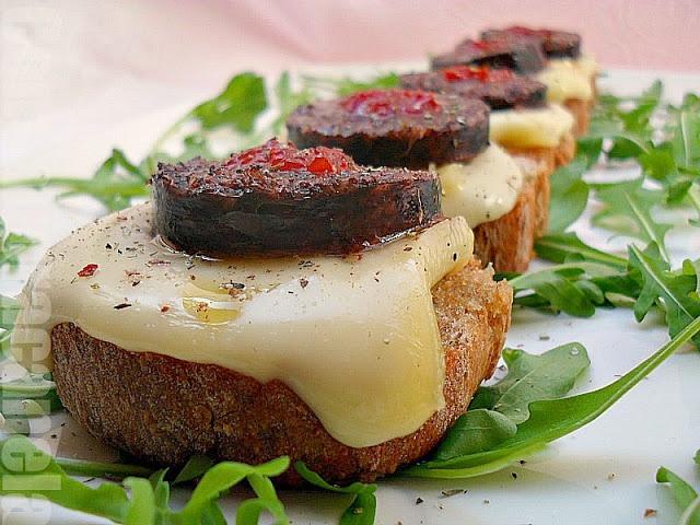 galiziano brindisi formaggio, salsiccia e marmellata peperoncino