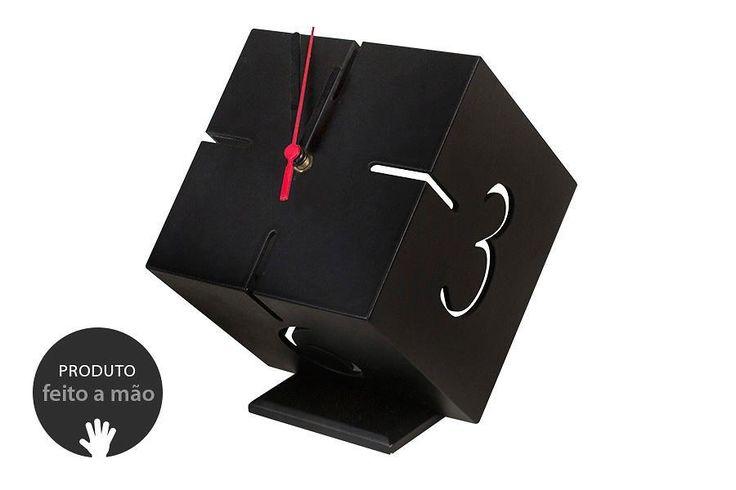 O Relógio de mesa Cubo 3D é um relógio quadrado que vai dar um toque minimalista e moderno para a sua casa. Use esse relógio quadrado para decorar sua sala de estar ou aproveite esse relógio 3D para dar mais estilo para o seu escritório.