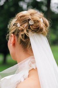 Brautfrisur mit Dutt und Schleier
