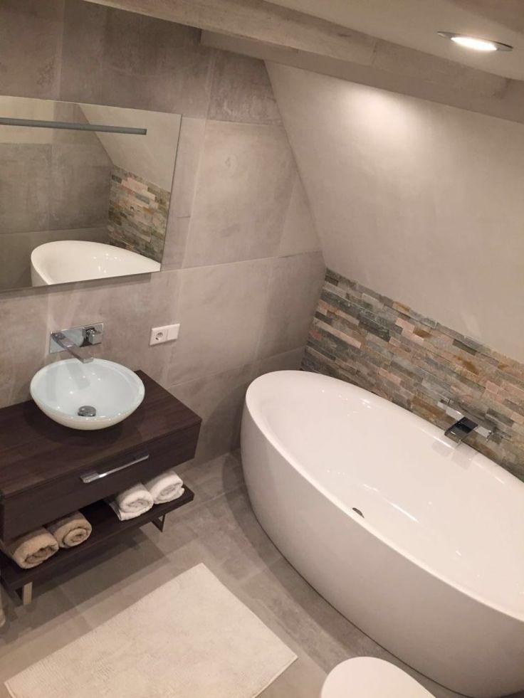 Mooie combinatie tussen verschillende tegelsoorten voor een tevreden klant uit Hoofddorp. Op de vloer en wanden onze 60×60 lichtgrijze natuursteenlook tegels, waar de wc-ombouw ook is betegeld. Als details achter het designbad is er gekozen voor bruine bricks steenstrips. Een combinatie van grijstinten met bruin is altijd prettig voor het oog en daar is deze badkamer een uitstekend voorbeeld van.