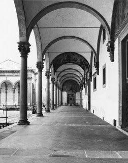 Portico dello Spedale degli Innocenti, Firenze. Colonne in pietra serena, lisce e dai capitelli corinzi.