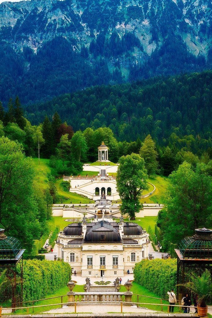 Schloss Linderhof liegt im Graswangtalin der Nähe der Gemeinde Ettal, Bayern.