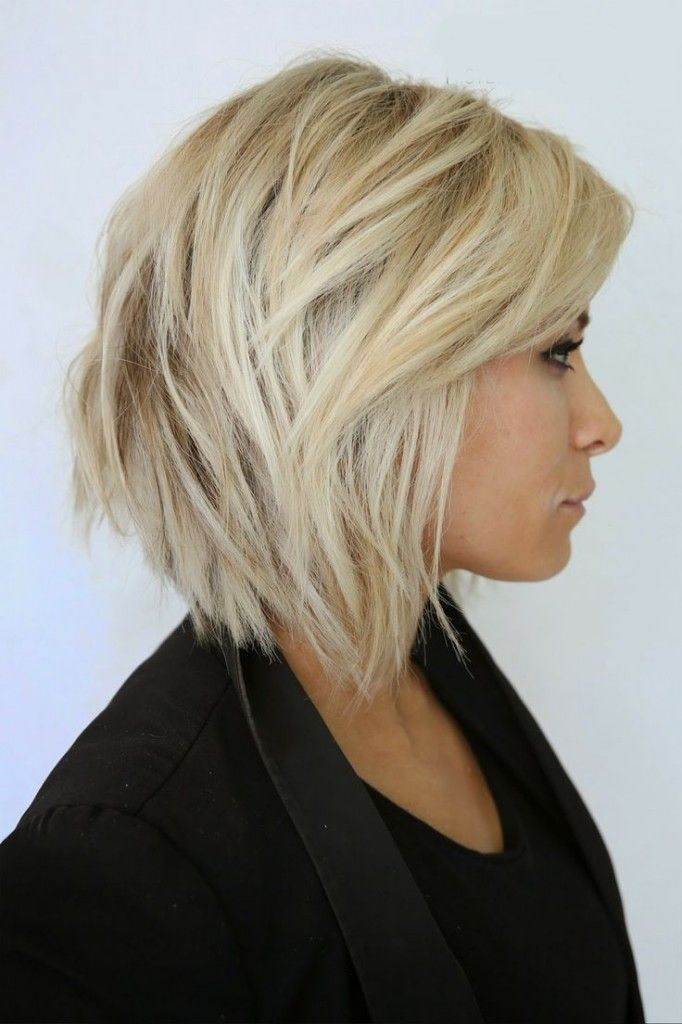 Un carré dégradé, une coloration blond platine, quelques cheveux ébouriffés à l'arrière, voilà une combinaison gagnante pour un look jeune, dynamique et superbe !