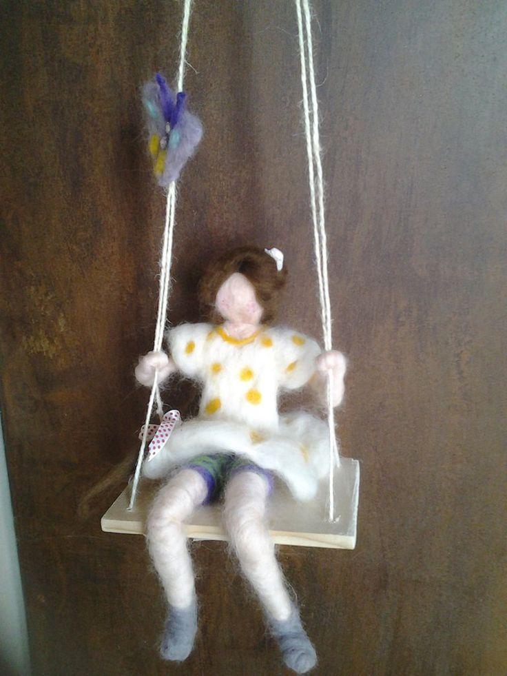 Bambola sull'altalena in lana cardata, by Il sogno nel cassetto, 25,00 € su misshobby.com