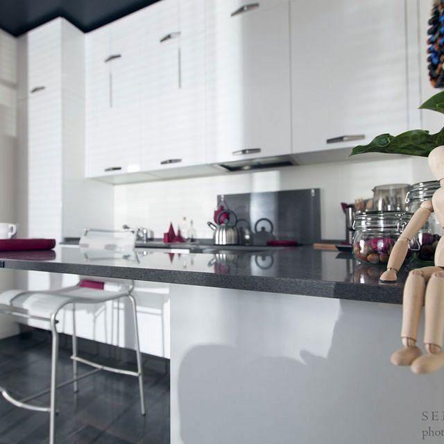 Tavolino snack fatto su misura dalla falegnameria Semprelegno per una cucina moderna e grintosa. Fantastica per le tranquille colazioni nel weekend e quelle fugaci durante la settimana. #Semprelegno #falegnameria #Arredamento #mobili #sumisura #design #cucinamoderna #madeinitaly #arredocucina #cucina #cucine #inlovewithbeauty #interior #interiors #furniture #custom #custommade #kitchen #kitchenfurniture #cabinets #wallcabinet #snack #snacktable #living #homedecorideas…