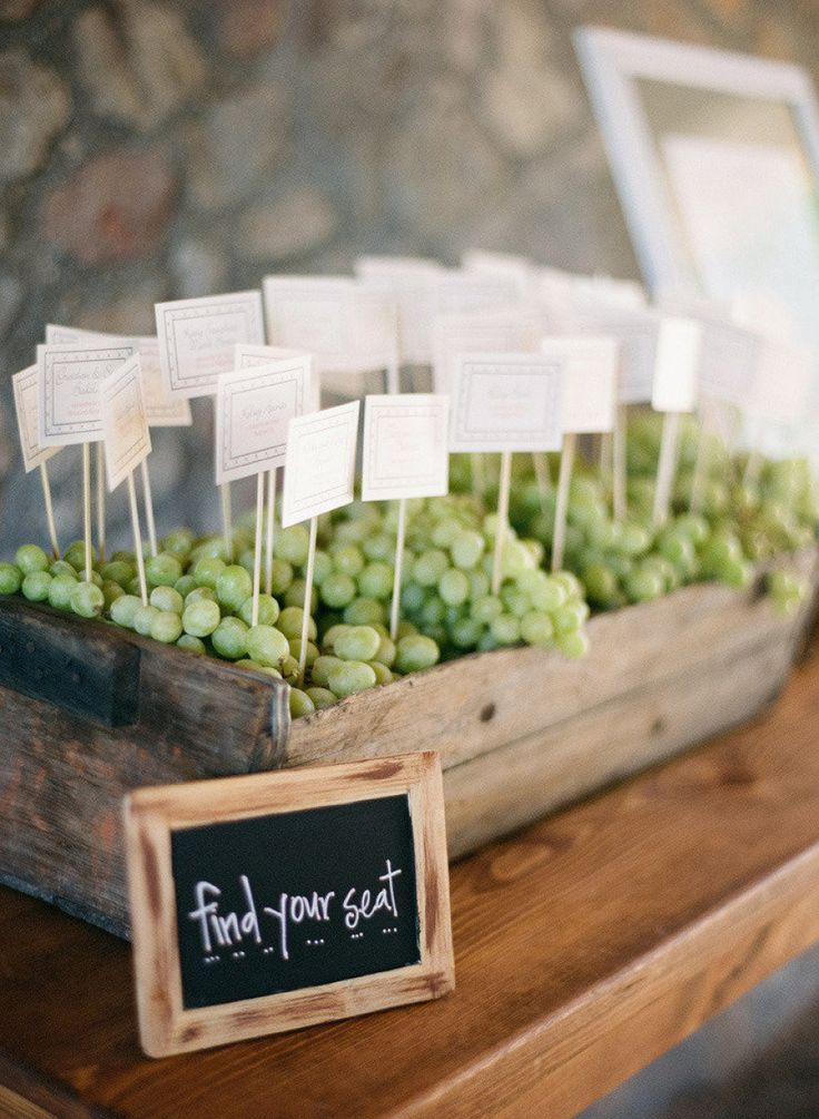 木箱に入ったブドウに♡ <グリーン・ナチュラルな結婚式エスコートカード・席札まとめ一覧>