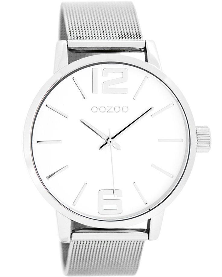 Ένα μοντέρνο ρολόι του οίκου Oozoo με μεταλλική κάσα και λευκό καντράν