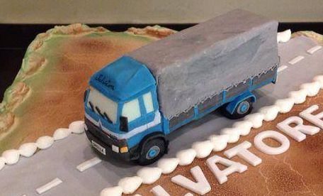 Camio in polistirolo intagliato da me e rivestito e decorato in pasta di zucchero per un appassionato del suo camion